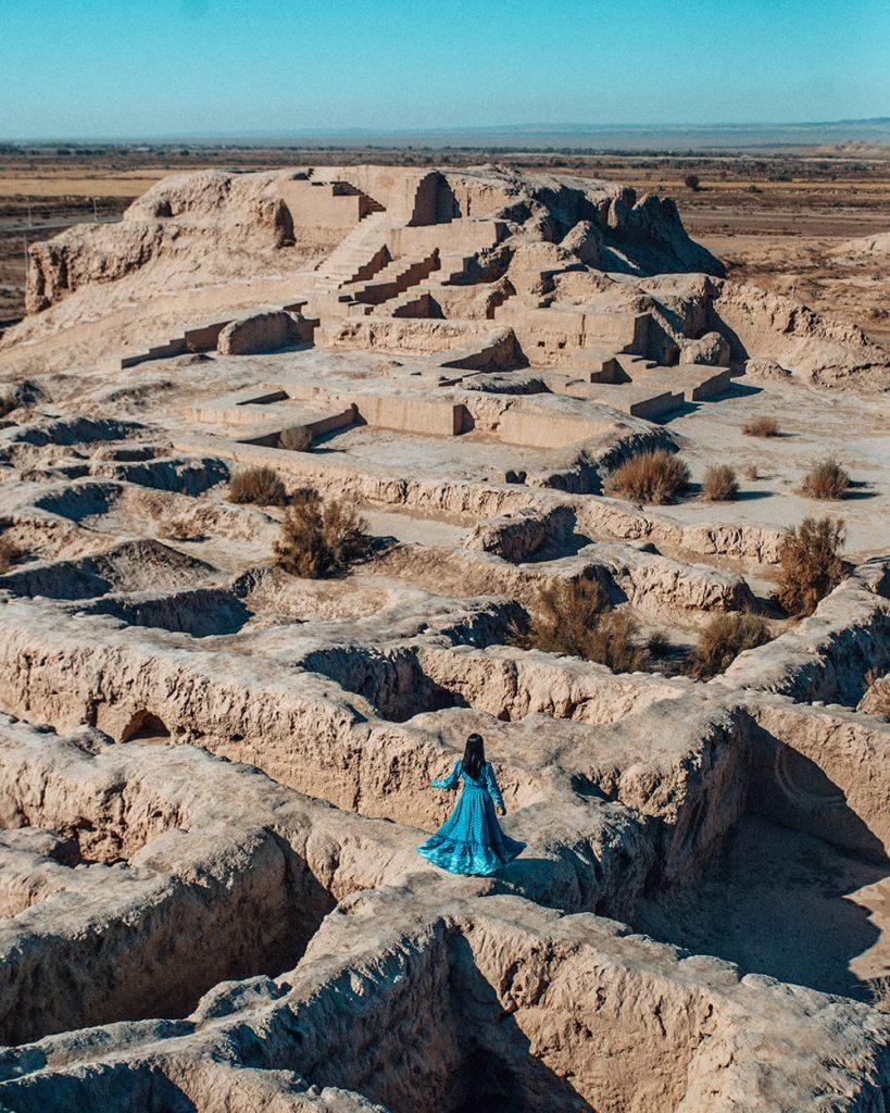 girl in desert tuprakkala in uzbekistan