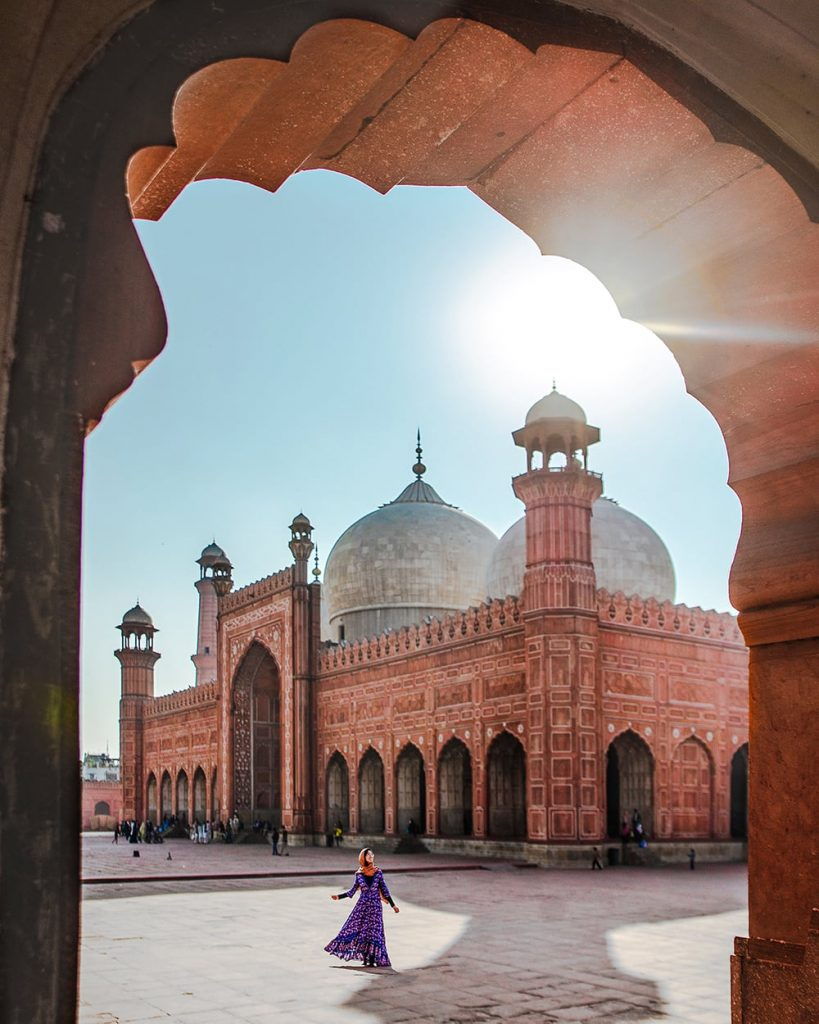 girl standing in front of badshahi mosque in lahore pakistan