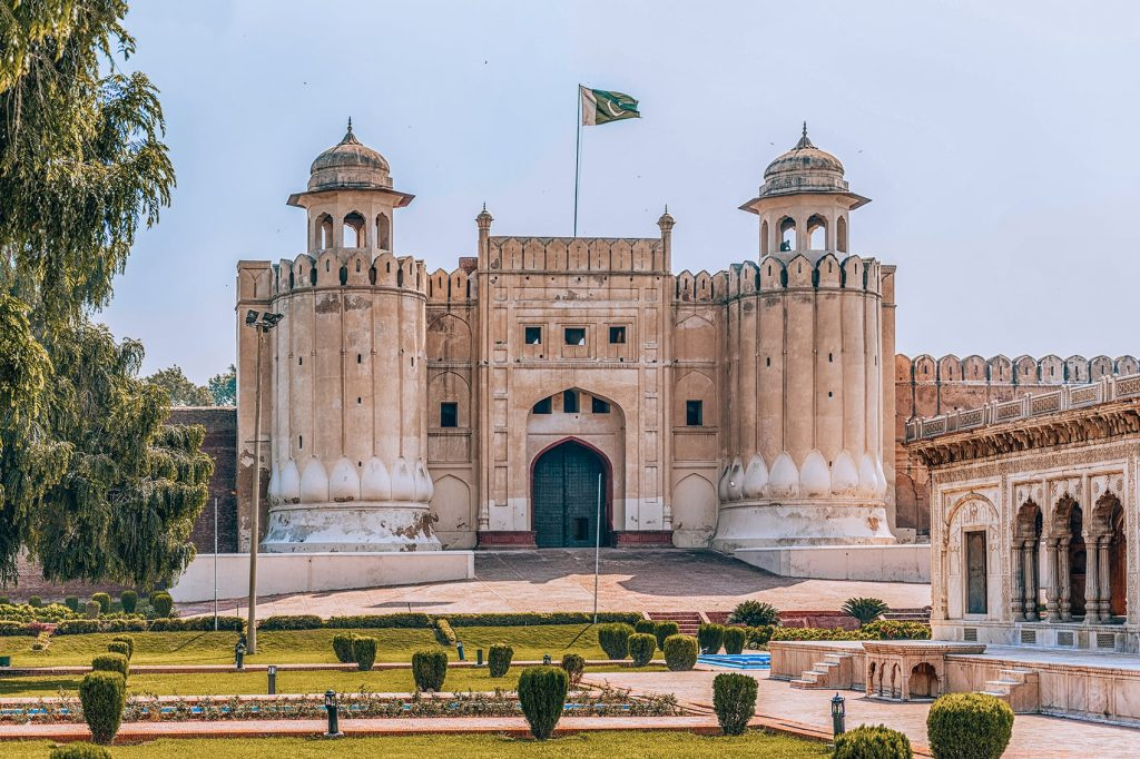 the architecture of lahore fort in pakistan